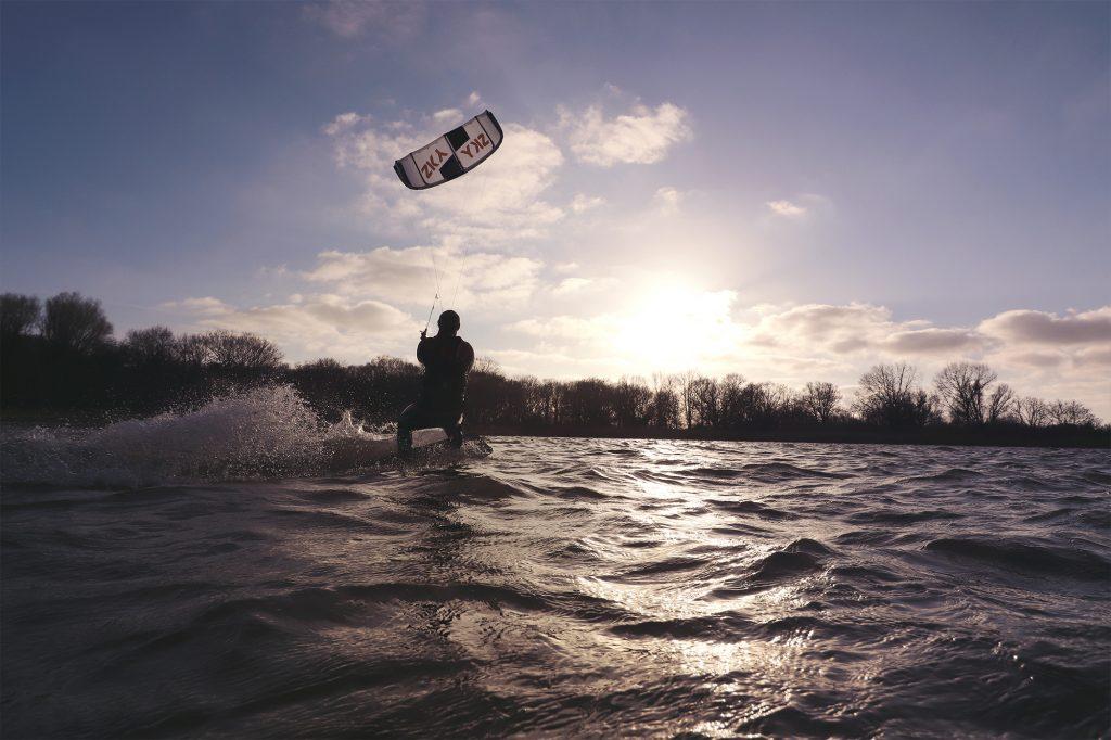 Fluid kiteboarding SKY v4 - white big air high performance freestyle kite sunset kitesurfer kite
